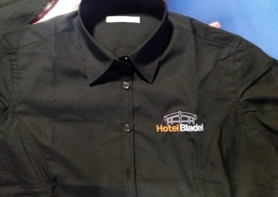 Voor Hotel Bladel getailleerde damesblouses geleverd met geborduurd logo op de voorzijde.