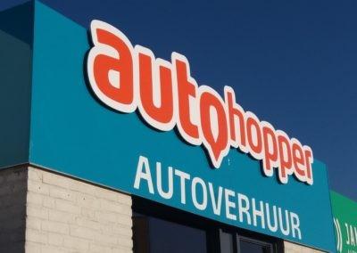 Gevelreclame voor Autohopper in Hapert. Koof-constructie gemaakt, logo uitgefreesd en op afstandhouders geplaatst. Ondertekst met folietechniek.