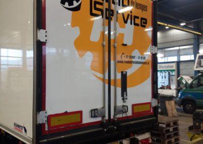 Voor Roadservice de Kempen deze trailer voorzien van reclame op de achterzijde. tevens de palletkisten gewrapt van donkerblauw naar geel.
